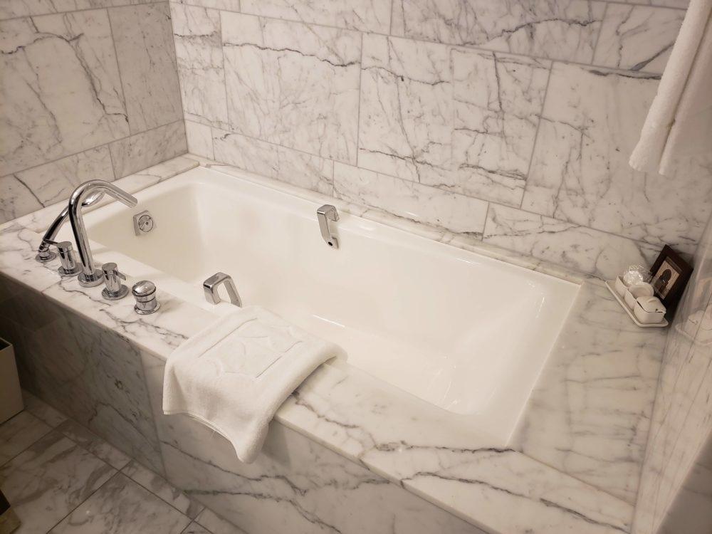 Shangri-La Hotel bathrooms