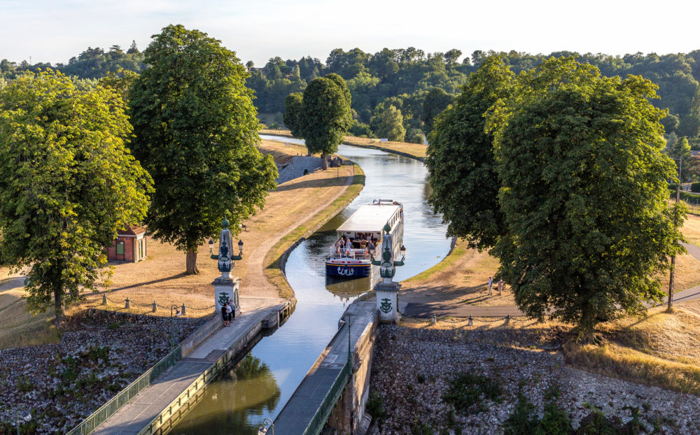 Renaissance - Cruise across the aqueduct at Briare